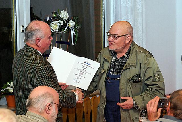 ... und Urkunde für 50 Jahre Mitgliedschaft im DARC. Auch OM Franz (DJ4HU) war in den siebziger Jahren OVV von N13 gewesen.